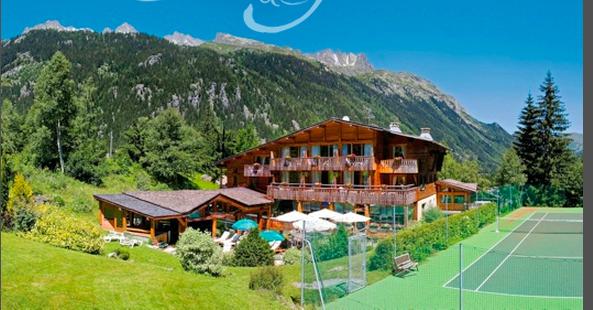 Le chalet hotel du Jeu de Paume à Chamonix, l'été, avec son cours de tennis